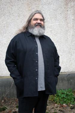 Herrskjorta/jacka i linne med fickor och en bröstficka. Rymlig modell.